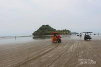 Pulau yang terdapat di Pantai Air Manis dapat dicapai pengunjung dengan berjalan kaki maupun menggunakan ojek saat air sedang surut.