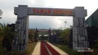 Dengan menaiki kereta yang berjalan di rel khusus , pengunjung  akan dibawa menyusuri taman Jurasic.