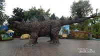 Salah satu patung yang terdapat di dalam kawasan Dino Park.