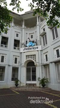 Gedung yang terletak di seberang Gereja Blenduk ini dulunya milik perusahaan asuransi jiwa milik Belanda pada masa kolonial. Kini sudah beralih kepemilikan ke Asuransi Jiwasraya.
