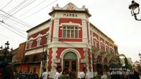Gedung Marba, letaknya di sudut jalan dengan arsitektur uniknya kuga banyak dijadikan latar berswafoto.