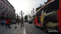 Untuk menuju kawasan kota lama Semarang bisa menggunakan mobil pribadi ataupun bis umum yang banyak tersedia