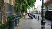 Sarana di sekitar kawasan ini juga sudah cukup lengkap. Bangku taman dan tempat sampah banyak tersedia.