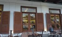 Disini juga terdapat beberapa kafe bagi yang ingin menikmati sore sambil minum kopi.