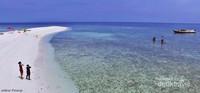 Gusung Tallu terdiri dari 3 pasir timbul yang masih terlihat saat pasang naik.