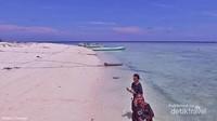 pantai Pulau Salissingan dikelilingi laut yang indah