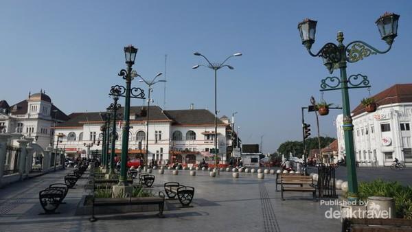 Persimpangan Titik Nol Kilometer, tampak lampu-lampu cantik dan gedung klasik menghiasi