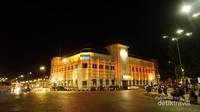 Gedung BNI di malam hari terlihat klasik dan unik