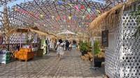 Area Jembatan Senggol, didominasi bambu dan kayu. Banyak terdapat stand makanan.