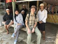 Berfoto sejenak dengan warga Suku Baduy yang berjumpa di Ciboleger
