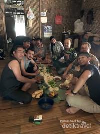 Kami dijamu makan siang lesehan oleh pemandu yang merupakan warga Baduy Luar