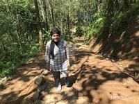 Perjalanan menjelajahi perkampungan Suku Baduy di siang hari yang panas