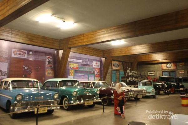 Salah satu ruangan mirip bengkel ini terparkir mobil keluaran abad 16 merk Ford, Chevrolet, Holden Spesial dan lainnya.