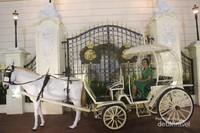 Diluar istana Buckingham terdapat sebuah kereta kencana dengan bentuk mirip labu