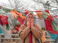 Narsis sejenak dengan bendera berisi doa khas warga Tibet