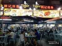 Semakin malam, jalan ini semakin ramai dipadati pecinta kuliner