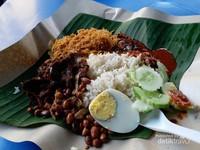 Nasi lemak bisa dinikmati dengan harga mulai dari 5 RM.