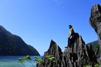 Berfoto di antara batuan karang tajam.
