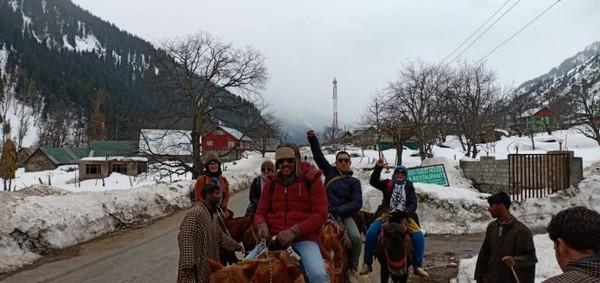 Keseruan teman-teman saat berkuda di Sonamarg