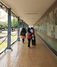 Sepanjang dinding museum terdapat sejarah kereta api di Indonesia.