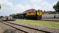 Pengunjung tiba seusai menikmati perjalanan bersama lokomotif