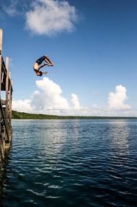 Salah satu teman perjalanan melakukan salto melalui dermaga pulau Kakaban, bukan kaleng kaleng!