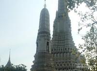 Di Wat Arun beberapa pedagang bisa menerima pembayaran dengan rupiah.