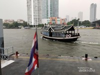 Shuttle boat gratis meluncur dari dermaga