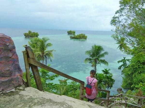 Menuruni tangga menuju pinggir pantai.