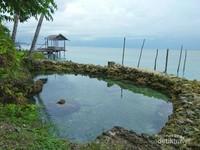 Salah satu kolam buatan yang dibatasi oleh batu karang.