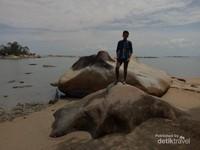 Di pantai Sedau juga terdapat sebuah batu koral yang bisa dijadikan spot berfoto