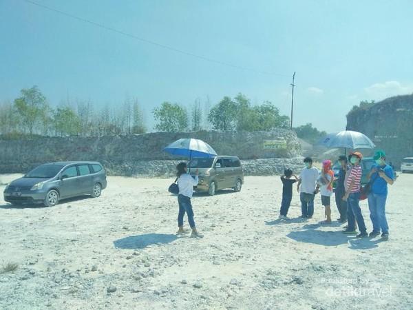 Bukit Jaddih menjadi terkenal berkat media sosial. Tempat yang penuh debu dan sangat panas ini sekarang dijadikan lokasi wisata wajib jika berkunjung ke Madura.