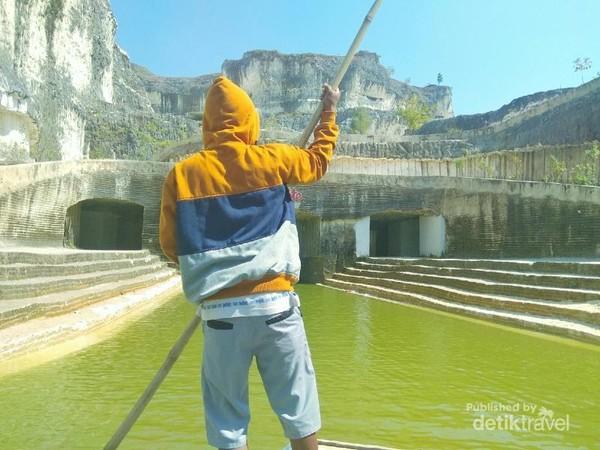Selain itu, pembawa getek juga akan menunjukkan lokasi wajib foto. Biayanya sangat murah, 10000 ribu/orang.