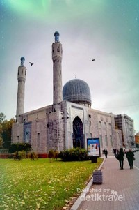 Masjid Soekarno dengan Kubah Biru