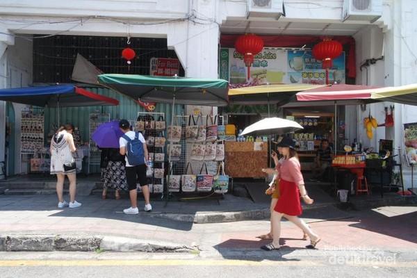 Berbelanja di toko souvenir Armenian street