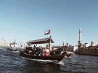 Abra water Taxi. Salah satu transportasi yang bisa menjadi pilihan untuk dapat menikmati Dubai dengan cara yang berbeda.