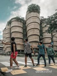 The Hive Nanyang Technological UniversityFoto ini resmi terinspirasi dari incess syahrini guys, bertahun-tahun bolak-balik ke Singapore baru tahu ada bangunan lucu melingker-lingker kayak uler di atas pager.Untuk kesini agak PR sih karena letaknya agak di pinggiran, lumayan jauh dari pusat kota. Bisa di akses dengan MRT turun di Pioneer station lalu lanjut dengan bus nomor 179 dan turun di the hive technological University ya, atau for more simple just take a grab