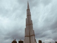 Burj Khalifa. Ini gedung beneran keren banget. Mau dilihat pagi, siang malem, mau dilihat dari kanan kiri, atas bawah, jauh deket, tetep keren banget! Apalagi kalau malam tiba, lampu lampu nya makin ngebuat jatuh hati sama bangunan ini. Serta, pertunjukan laser dan Fountainnya sangat wajib banget untuk disaksikan,
