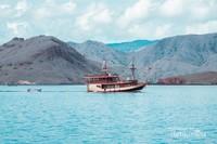 berpapasan dengan kapal phinsi ditengah luasnya lautan