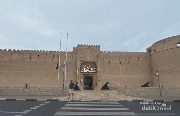 Pintu masuk Dubai Museum yang merupakan Benteng Al Fahidi.