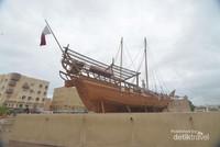 Kapal yang digunakan nelayan, lengkap dengan bendera Emirat Dubai.