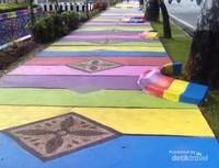 Trotoar warna-warni di depan Kantor Dinas ESDM Provinsi Riau.