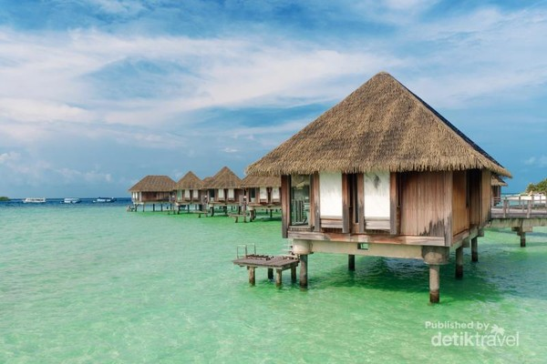 Overwater villas - Salah satu daya tarik dari Club Med Kani adalah adanya penginapan apung yang privatedan mewah ini