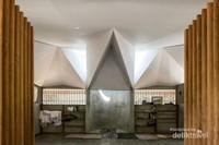 Pintu masuk ke dalam surau yang langsung menghadap ke mihrab atau arah kiblat dan tempat untuk imam.