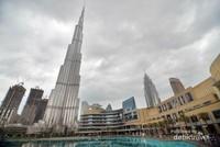 Burj Khalifa nampak menjulang, di sebelah kanannya adalah Dubai Mall.