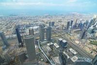 Sisi lain dari Dubai yang mengarah ke laut. Saat pagi akan terdapat kabut tipis diantara gedungnya.