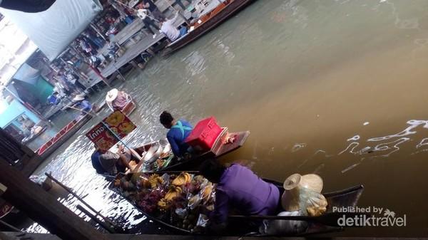 Pasar terapung Damnoen Saduak.