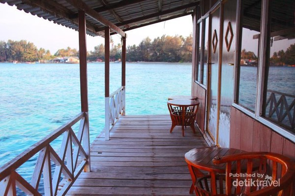Teras kamar di salah satu sudut rumah apung Karimun Jawa, begitu membuka pintu langsung dihadapkan dengan lautan jernih dengan ragam terumbu karang
