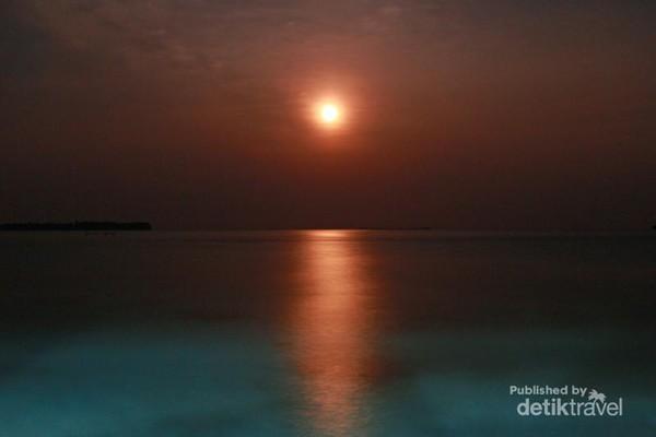 cahaya bulan bersinar terang hingga terefleksi diatas air laut yang berada tepat dibelakang kamar Saya