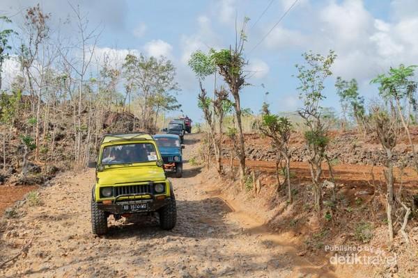 Jeep menuju pantai Timang melewati trek bebatuan dengan kontur jalan yang naik-turun